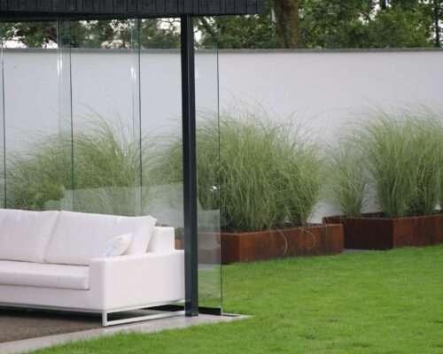 Strakke-tuinmaterialen-glas-wittetuinmuur