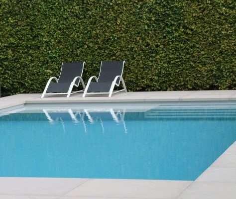 strak zwembad in natuurlijke omgeving